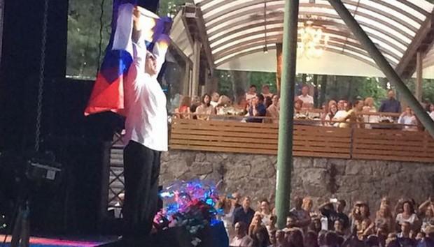 Grigoriy-Leps-podnyal-na-kontserte-v-YUrmale-rossiyskiy-flag
