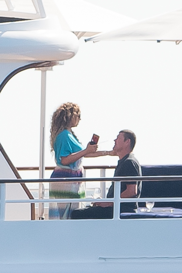 *PREMIUM EXCLUSIVE*  **NO WEB, MUST CALL FOR PRICING** Mariah Carey and billionaire James Packer can't keep their hands off each other**USA ONLY**
