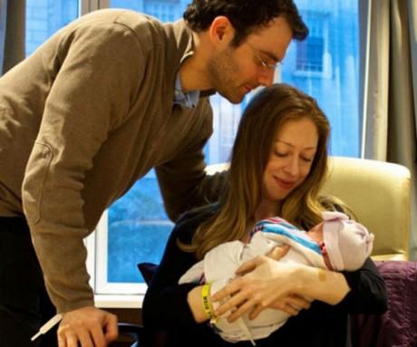 Челси Клинтон и Марк Мезвински с дочерью Шарлоттой