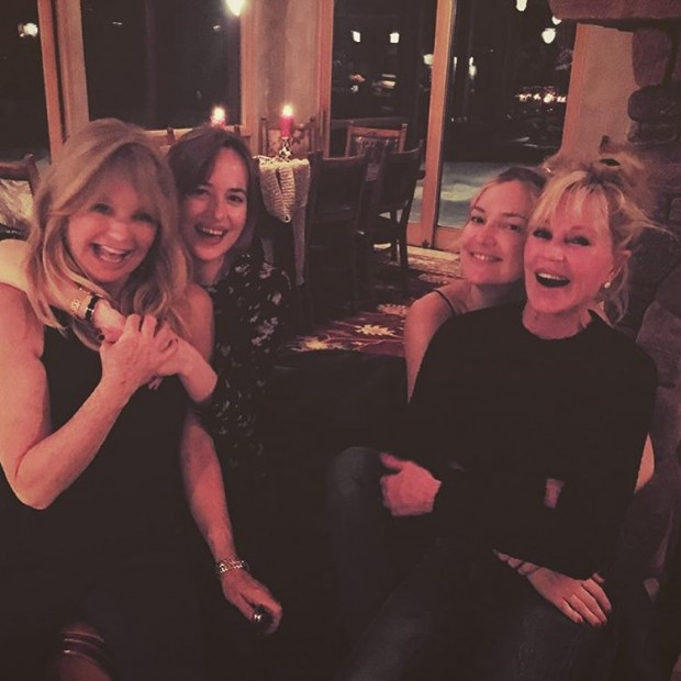 Дакота Джонсон и Кейт Хадсон поводят рождественские каникулы со своими звездными мамами