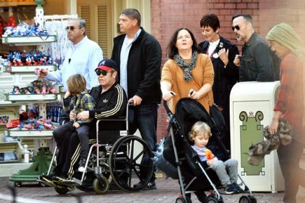 Элтон Джон пересел в инвалидное кресло