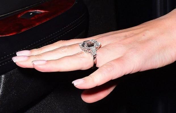 Мэрайя Кэри показала обручальное кольцо с бриллиантом в 35 карат