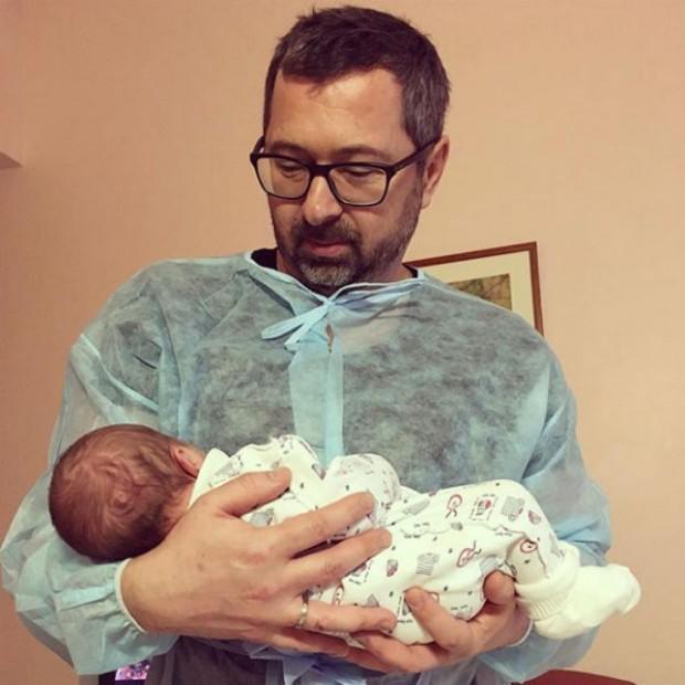 """Лидер группы """"Дискотека Авария"""" показал новорожденную дочь"""