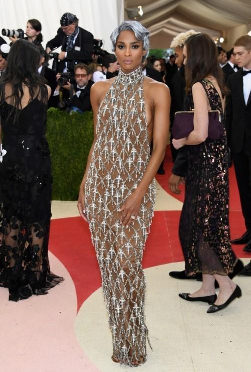 Сиара в платье от H&M