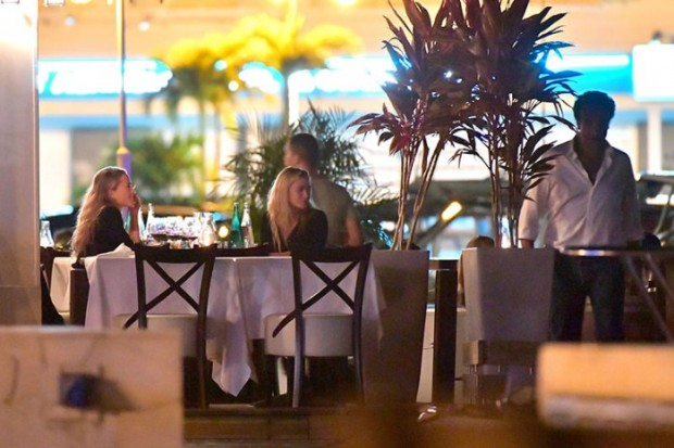 Mary Kate and Ashley Olsen enjoy a romantic dinner with their significant others