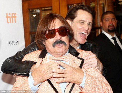 442B0FDA00000578-4874348-Hugged_up_Carrey_embraced_the_impersonator-a-11_1505224597174[1]