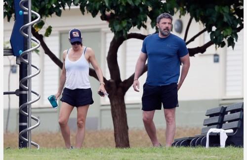 ÑÏÅÖÖÅÍÀ. ÒÐÅÁÓÅÒÑß ÎÄÎÁÐÅÍÈÅ. SPECIAL PRICE APPLIES. APPROVAL REQUIRED *EXCLUSIVE* Ben Affleck and Jennifer Garner appear tense during a trip to a local park in Hawaii *WEB MUST CALL FOR PRICING*