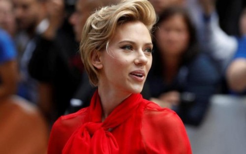 108243779_Actress Scarlett Johansson arrives on the red carpet for the film Sing during the Toronto-large