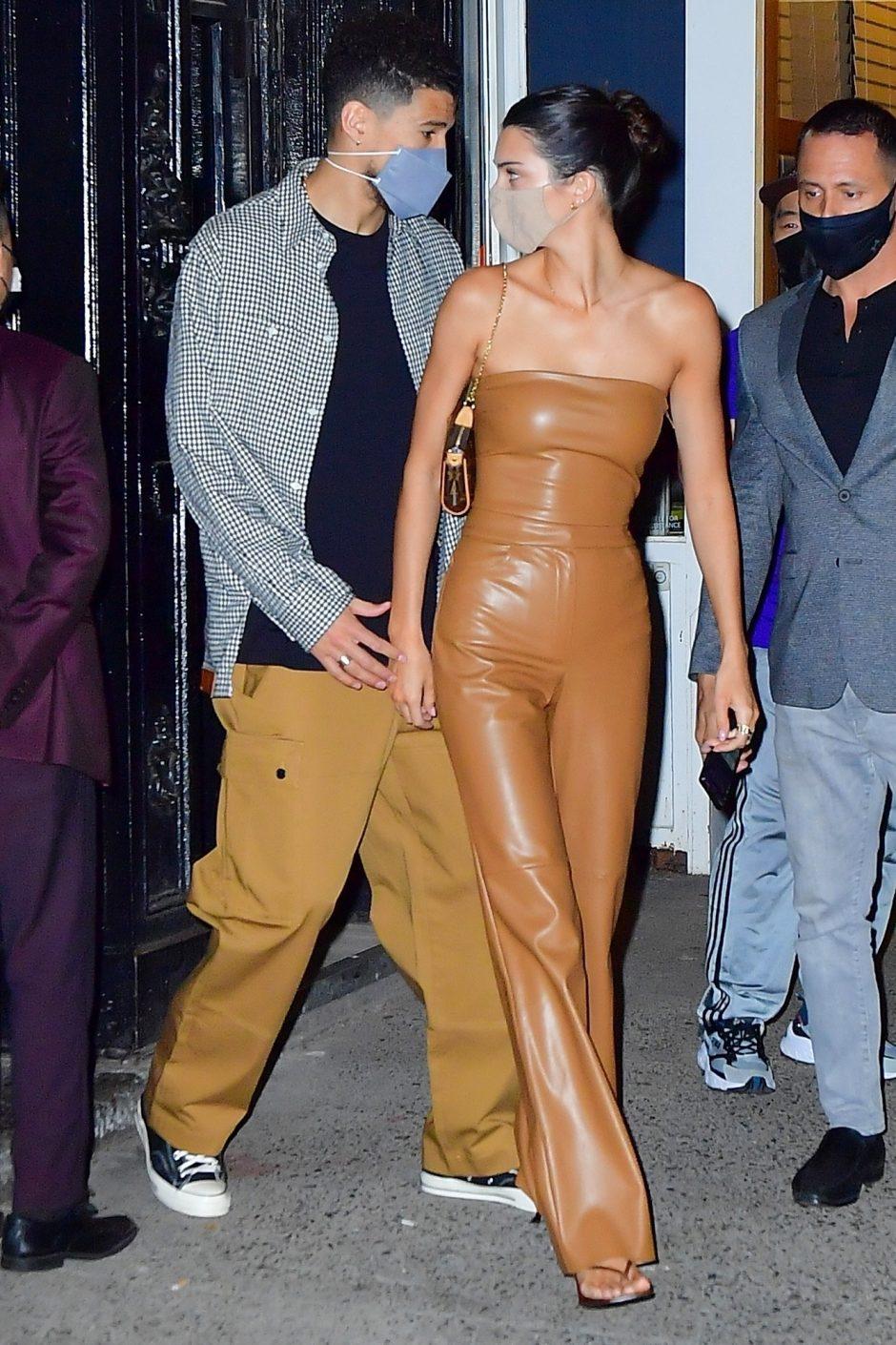 Кендалл Дженнер и звезда НБА Девин Букер прогуливаются на свидании в Нью-Йорке - 1