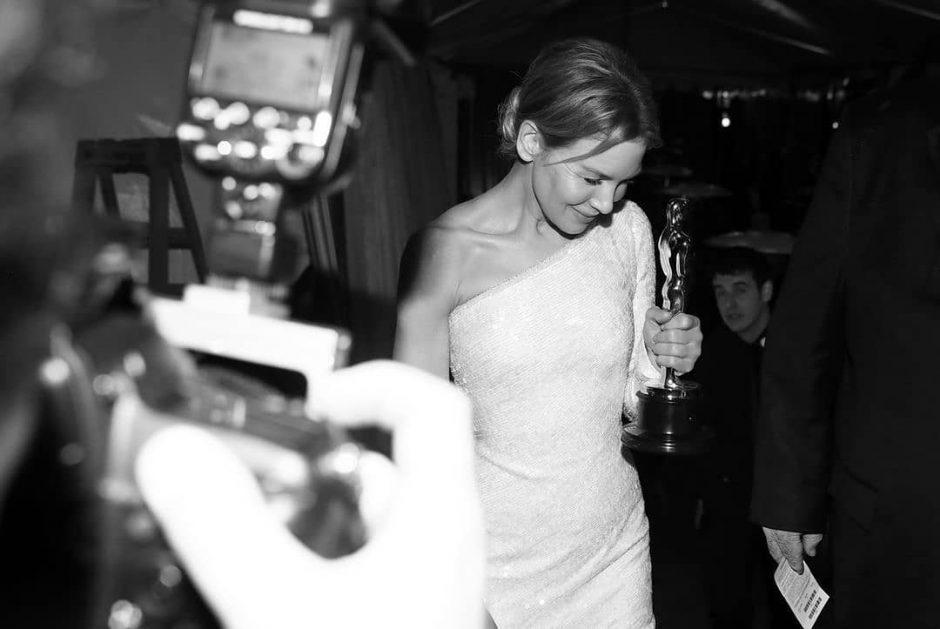 Рене Зеллвегер на Оскаре 2021 в розовом платье без бретелек: отличный классический гармоничный стиль - 3