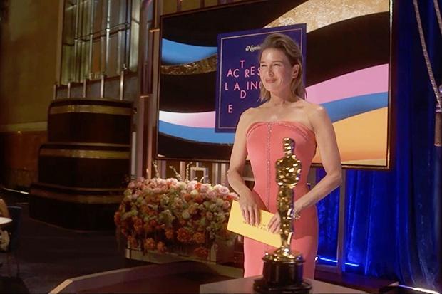 Рене Зеллвегер на Оскаре 2021 в розовом платье без бретелек: отличный классический гармоничный стиль - 1