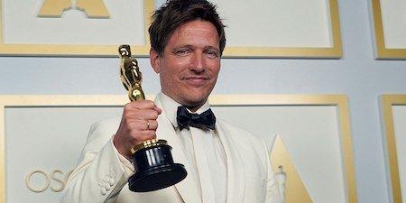 Режиссер Томас Винтерберг получил Оскар: мужчина со сцены посвятил эту награду своей погибшей дочери - 1