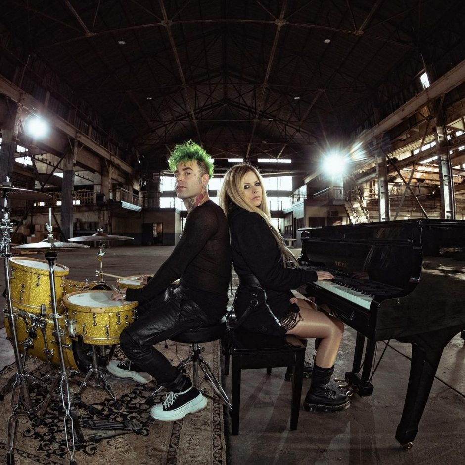 Канадская певица Аврил Лавин вместе с музыкантом Mod Sun презентовали поклонникам акустическую версию песни «Flames» - 1