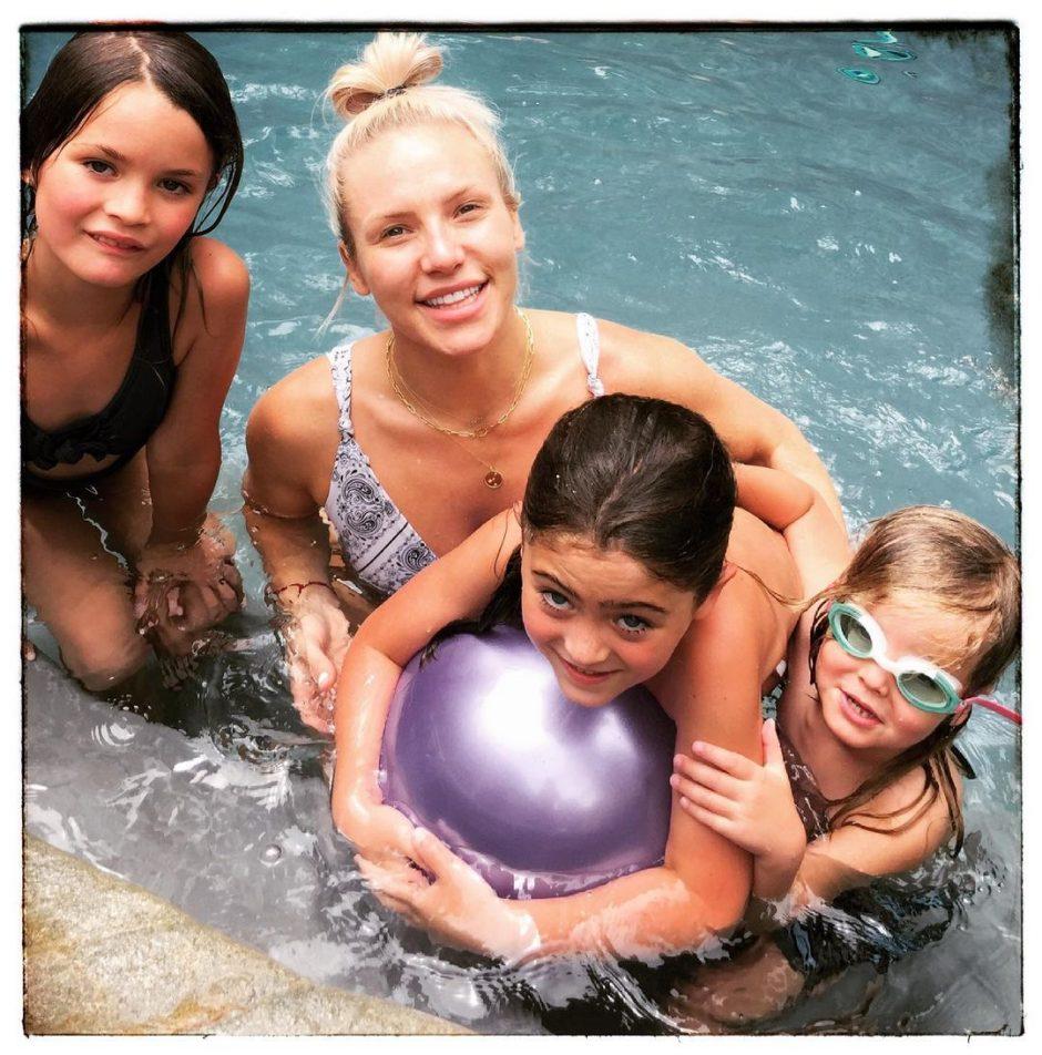 Шарна Берджесс с 3-мя детьми Брайана Остина Грина у бассейна - 1
