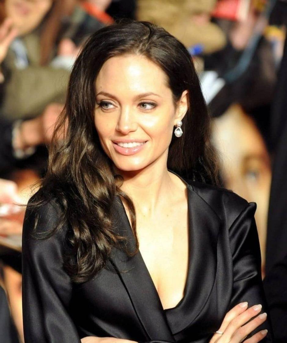 Анджелина Джоли с бутылкой дорогого вина направилась в квартиру бывшего супруга - 2