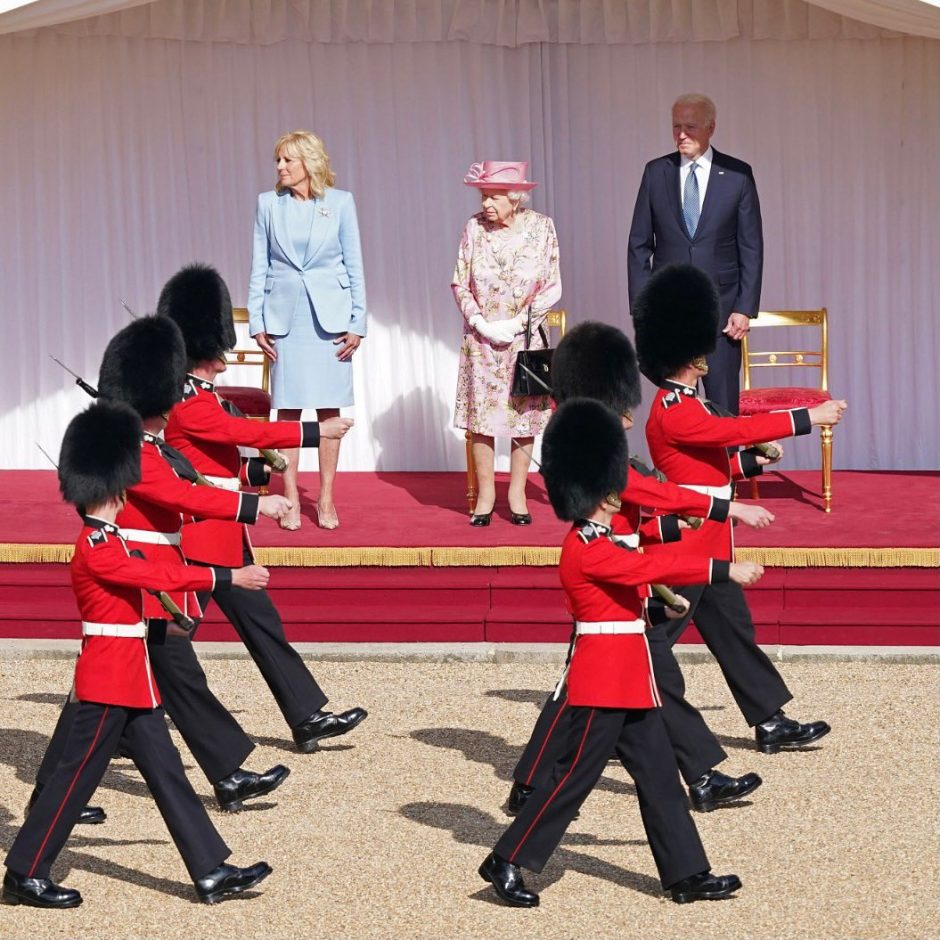 Королева Елизавета II за чаепитием с президентом Америки Джо Байденом и его супругой - 2