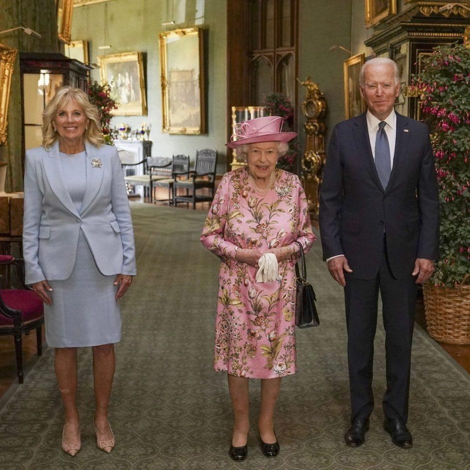 Королева Елизавета II за чаепитием с президентом Америки Джо Байденом и его супругой - 1