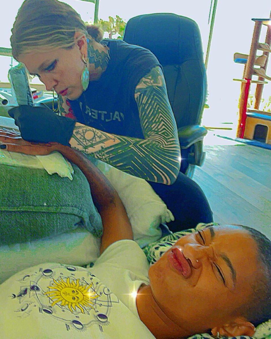 20-летняя Уиллоу Смит побрила голову во время выступления, а потом сделала тату на руке - 1
