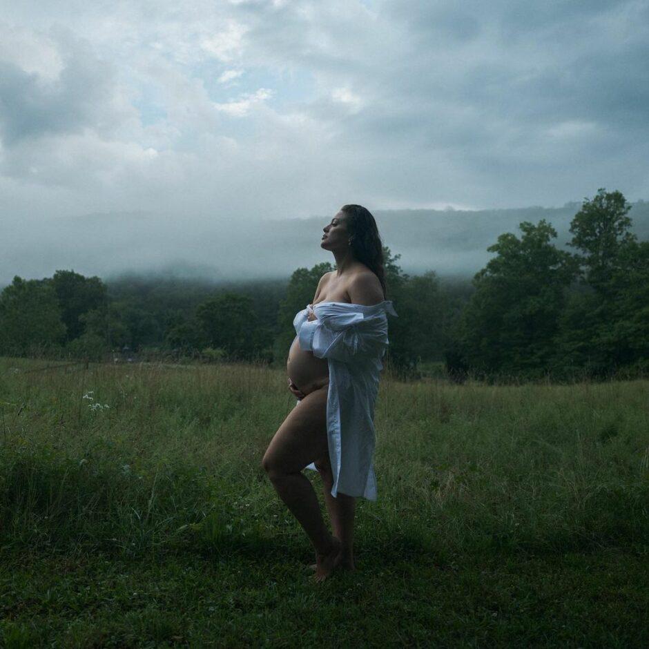 Беременная Эшли Грэм на улицах Нью-Йорка для рекламной кампании Michael Kors - 3