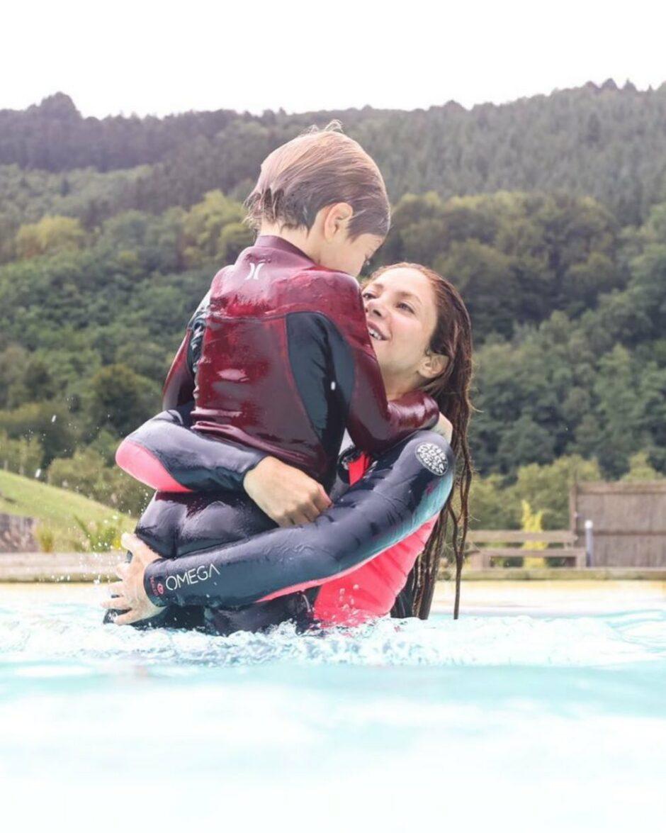 Шакира с подросшими сыновьями празднует день серфинга - 1