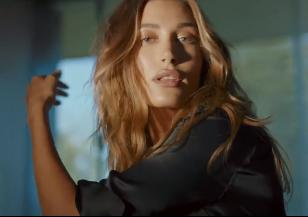 Дерзкая и уверенная: Хейли Болдуин в новой рекламной кампании Jimmy Choo - 2