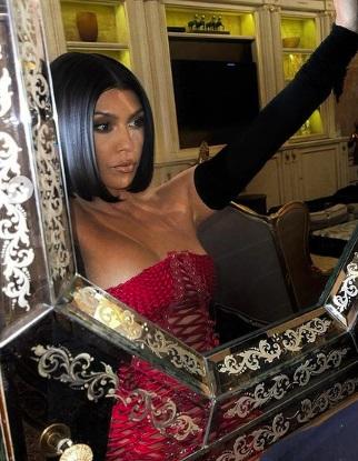 Кортни Кардашьян в самых ярких образах: от купальника из новой коллекции сестры Кайли Дженнер до образа на показе мод Dolce & Gabbana - 1