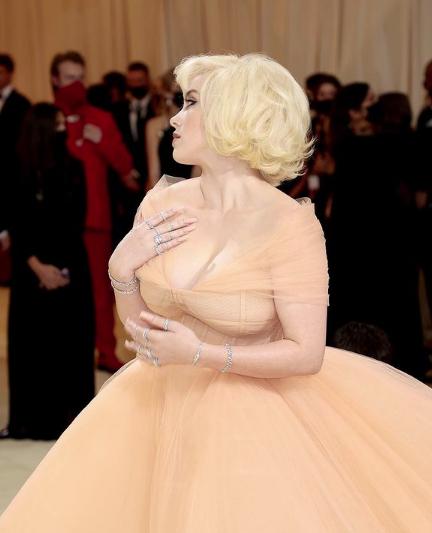 Билли Айлиш дебютировала на красной дорожке Met Gala в образе Мерилин Монро - 1