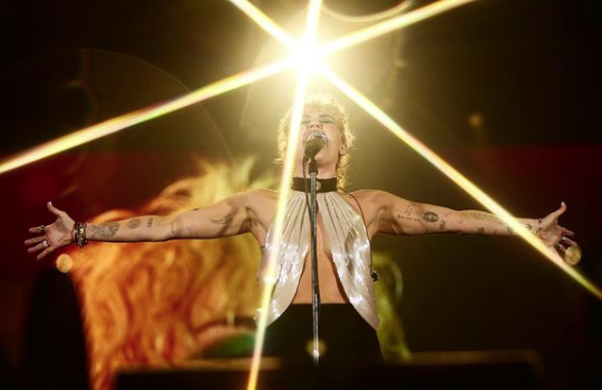 Новый кричащий образ Майли Сайрус во время саундчека на концерте - 1