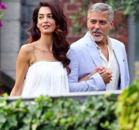 Амаль и Джордж Клуни на красной ковровой дорожке премьеры фильма «Нежный бар» - 2