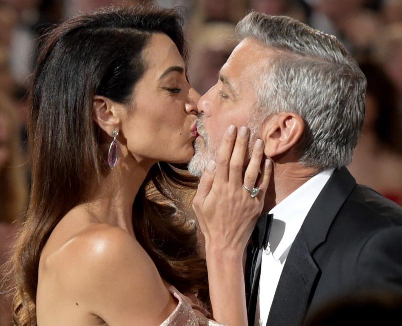 Амаль и Джордж Клуни на красной ковровой дорожке премьеры фильма «Нежный бар» - 1