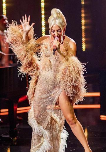 Леди Гага одела шаль с нанизанными 100-долларовыми купюрами, направляясь в Лас-Вегас - 2