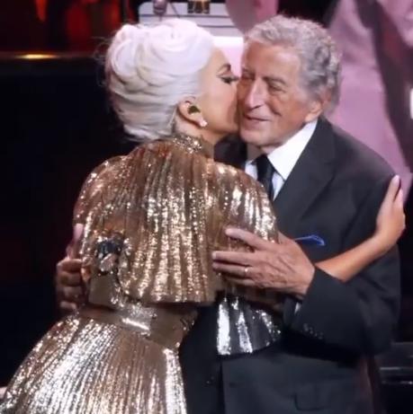 Леди Гага одела шаль с нанизанными 100-долларовыми купюрами, направляясь в Лас-Вегас - 1