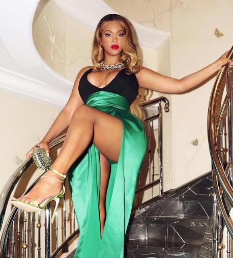 Новый ошеломительный образ от Бейонсе в атласном изумрудно-зеленом платье - 1