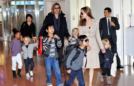 454-292-Brad_Pitt_and_Angelina_Jolie_with_kids