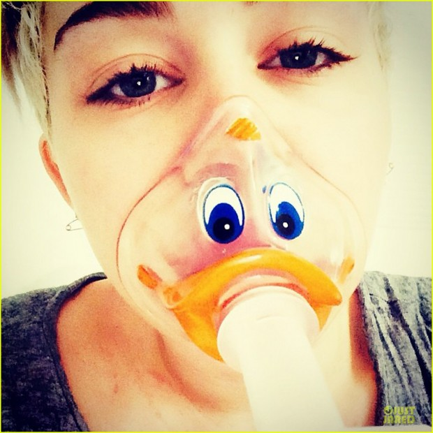 miley-cyrus-sports-duck-face-oxygen-mask-01