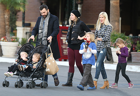 1388960938_tori-spelling-dean-mcdermott-family-dinner_1