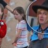 Майкл Локвуд, подозревающийся в растлении своих дочерей, замечен на прогулке с ними