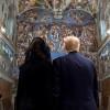 Мелания Трамп всё же подала супругу руку