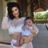 Новые фото Кайли Дженнер в купальнике и ее трехмесячной дочери