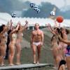 Новый папа: Джуд Лоу прогулялся по пляжу в одних трусах