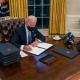 Джо Байден убрал с президентского стола красную кнопку, при нажатии которой Трампу немедленно приносили диетическую колу