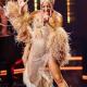 Леди Гага одела шаль с нанизанными 100-долларовыми купюрами, направляясь в Лас-Вегас