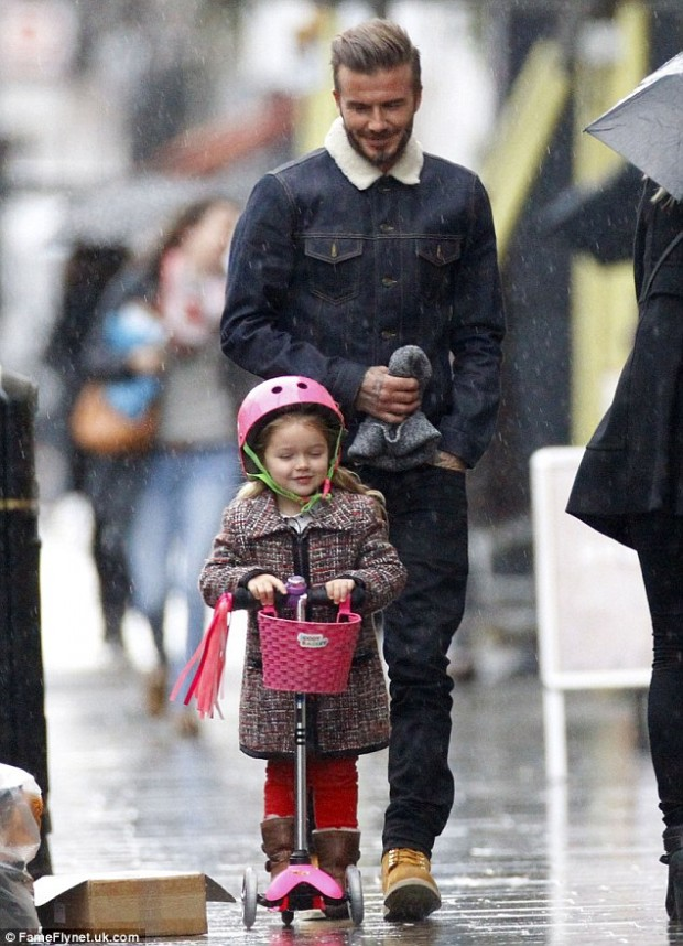 24AACE8600000578-0-Adoring_David_Beckham_took_his_daughter_Harper_out_for_a_scoot_a-m-111_1421157919072
