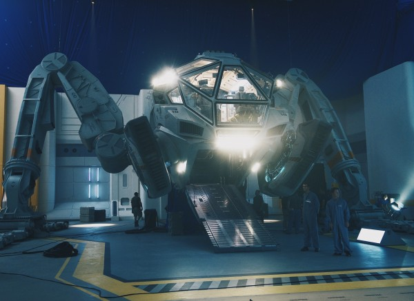 independence-day-2-resurgence-moon-tug-600x437