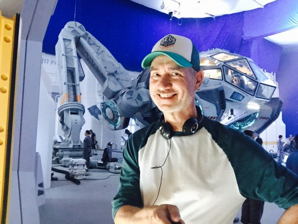 independence-day-2-resurgence-roland-emmerich-set-photo-600x450