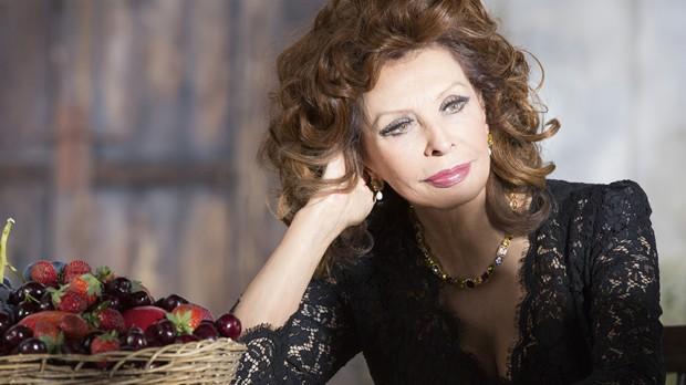 dolce-and-gabbana-sophia-loren-lipstick-n1-makeup-ad-campaign-backstage-5