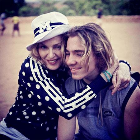 Сын Мадонны считает, что она охотится за ним, как за трофеем
