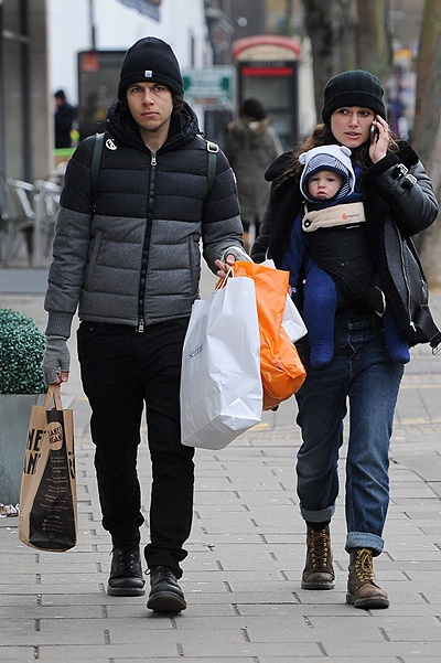 Кира Найтли с мужем и дочерью