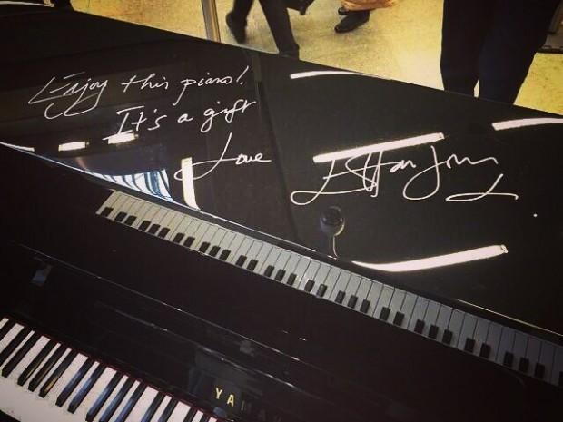 Элтон Джон сыграл на пианино на лондонском вокзале