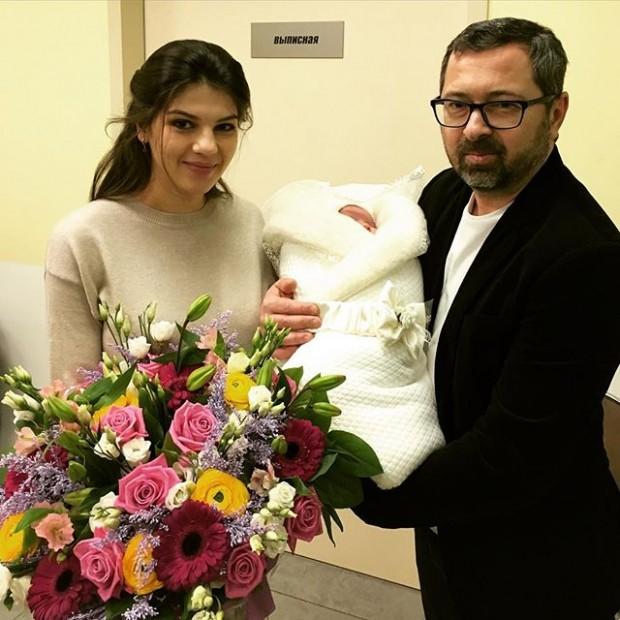 Солист «Дискотеки Аварии» забрал новорожденную дочь из роддома